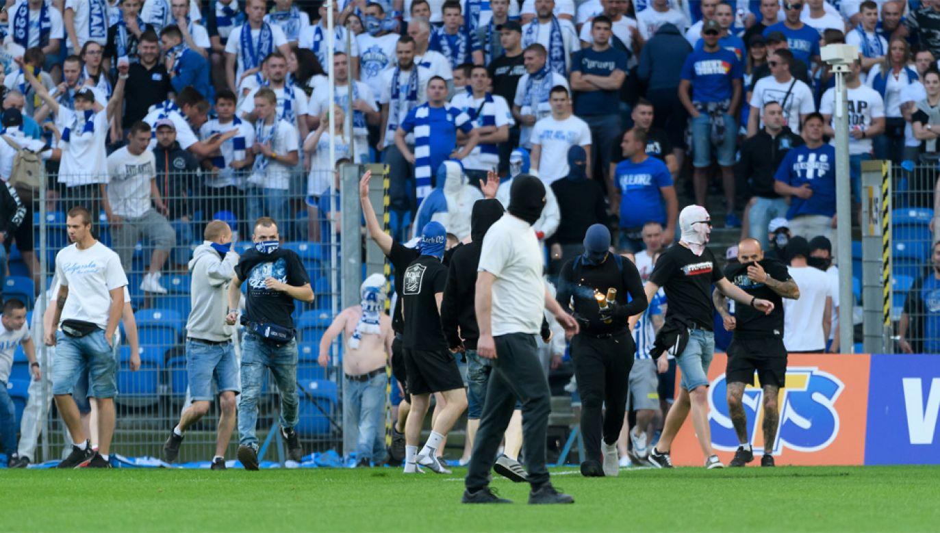 Mecz Lech-Legia pokazał, że w kwestii bezpieczeństwa na stadionach potrzebne są zmiany (fot. PAP/Jakub Kaczmarczyk)