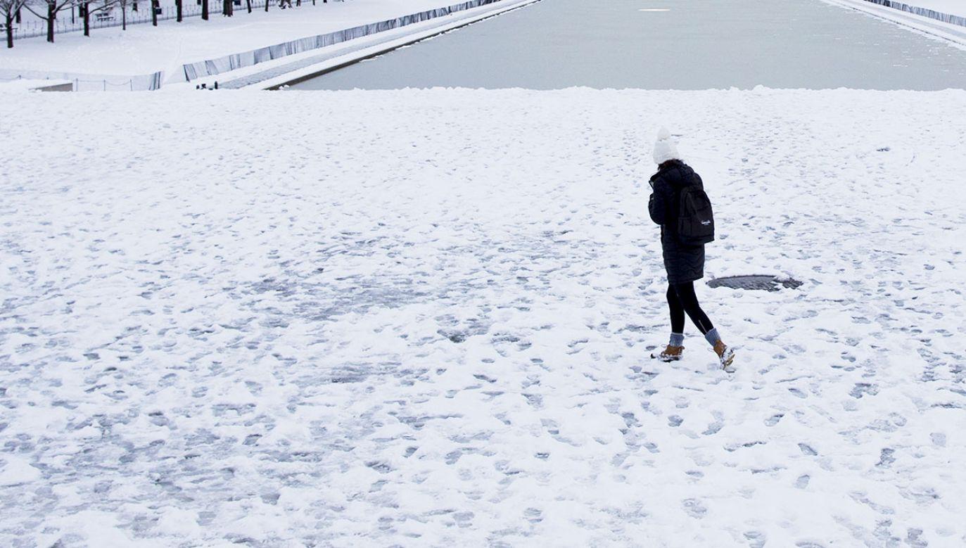 Aby lód wytrzymał pod ciężarem dorosłej osoby musi mieć  grubość przynajmniej 10 cm (fot. PAP/EPA/MICHAEL REYNOLDS0