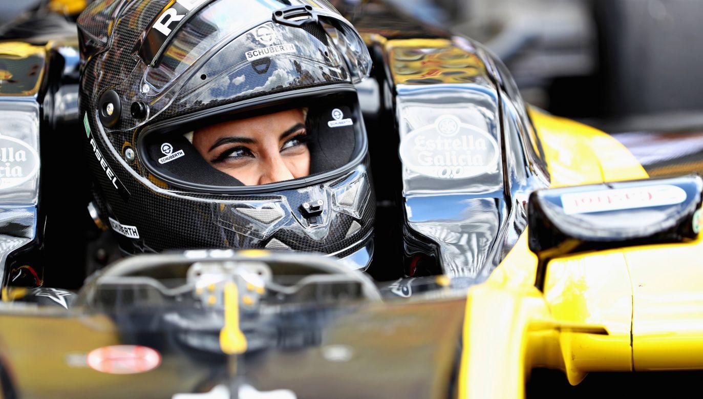 Aseel Al-Hamad z Arabii Saudyjskiej przygotowuje się do startu w paradzie F1 w Le Castellet we Francji (fot. Mark Thompson / Getty Images)