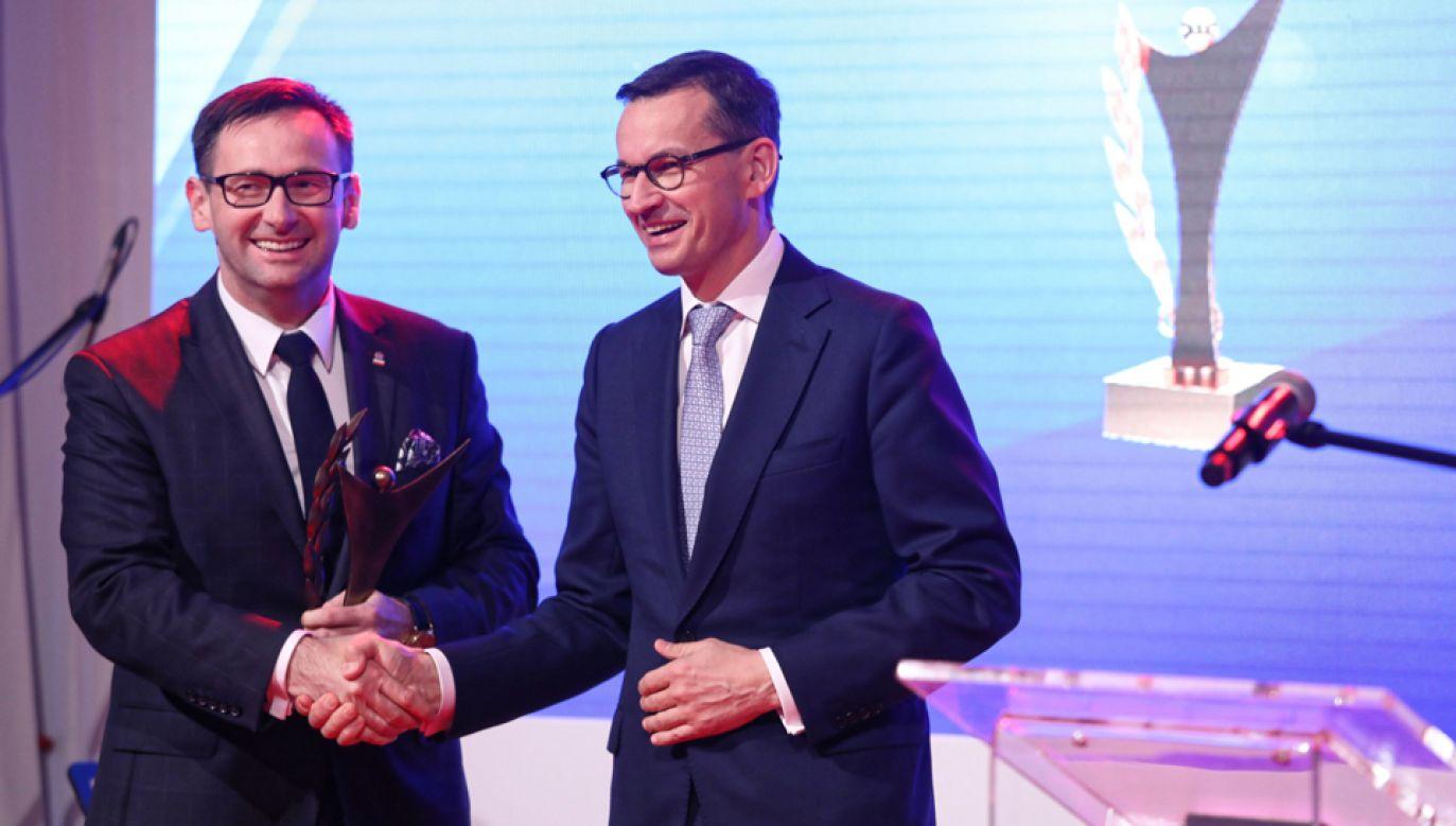 Premier Mateusz Morawiecki (P) i prezes PKN Orlen Daniel Obajtek (L) podczas uroczystej gali V edycji Nagrody Złoty Laur Super Biznesu (fot. PAP/Toamasz Gzell)