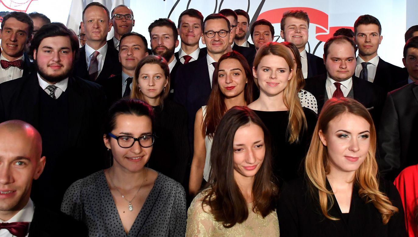 Polish PM Mateusz Morawiecki (top centre) with students. Photo: PAP/Piotr Nowak
