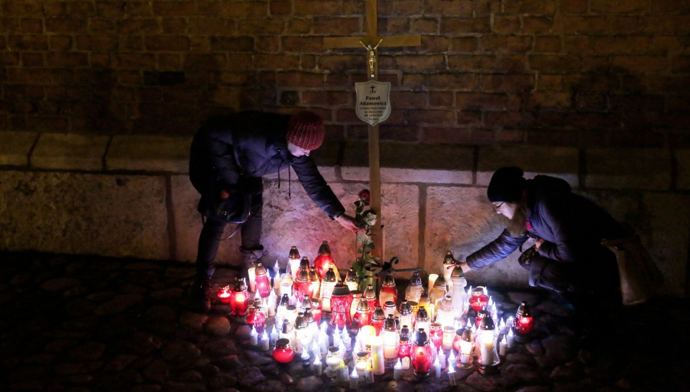 Znicze przed Bazyliką Mariacką w Gdańsku (fot. PAP/Tomasz Waszczuk)