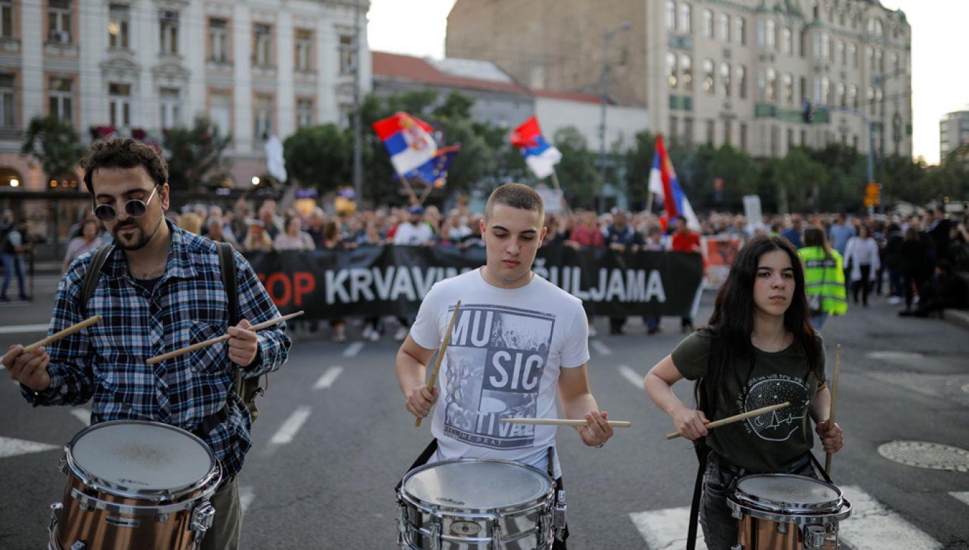 Uczestnicy protestów oskarżają prezydenta kraju Aleksandara Vuczicia o autorytaryzm (fot. REUTERS/Marko Djurica)