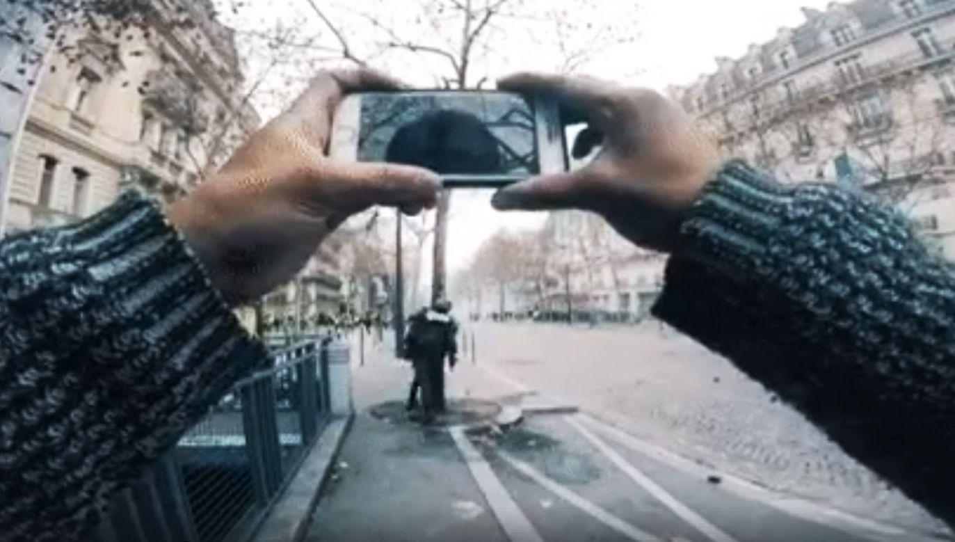 Na nagraniu widać, jak policjanci wytrącają telefony z rąk protestujących (fot. FB/KamieniKupa1)