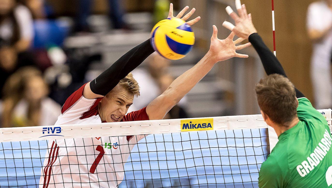 Polak Artur Szalpuk (L) i Mirosław Gradinarow (P) z Bułgarii podczas meczu grupy D mistrzostw świata siatkarzy w Warnie (fot. PAP/Maciej Kulczyński)