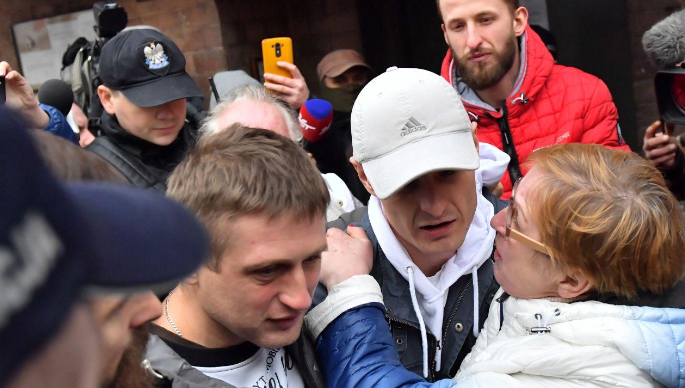 Tomasz Komenda (2P) wychodzi z aresztu śledczego we Wrocławiu (fot. PAP/Maciej Kulczyński)