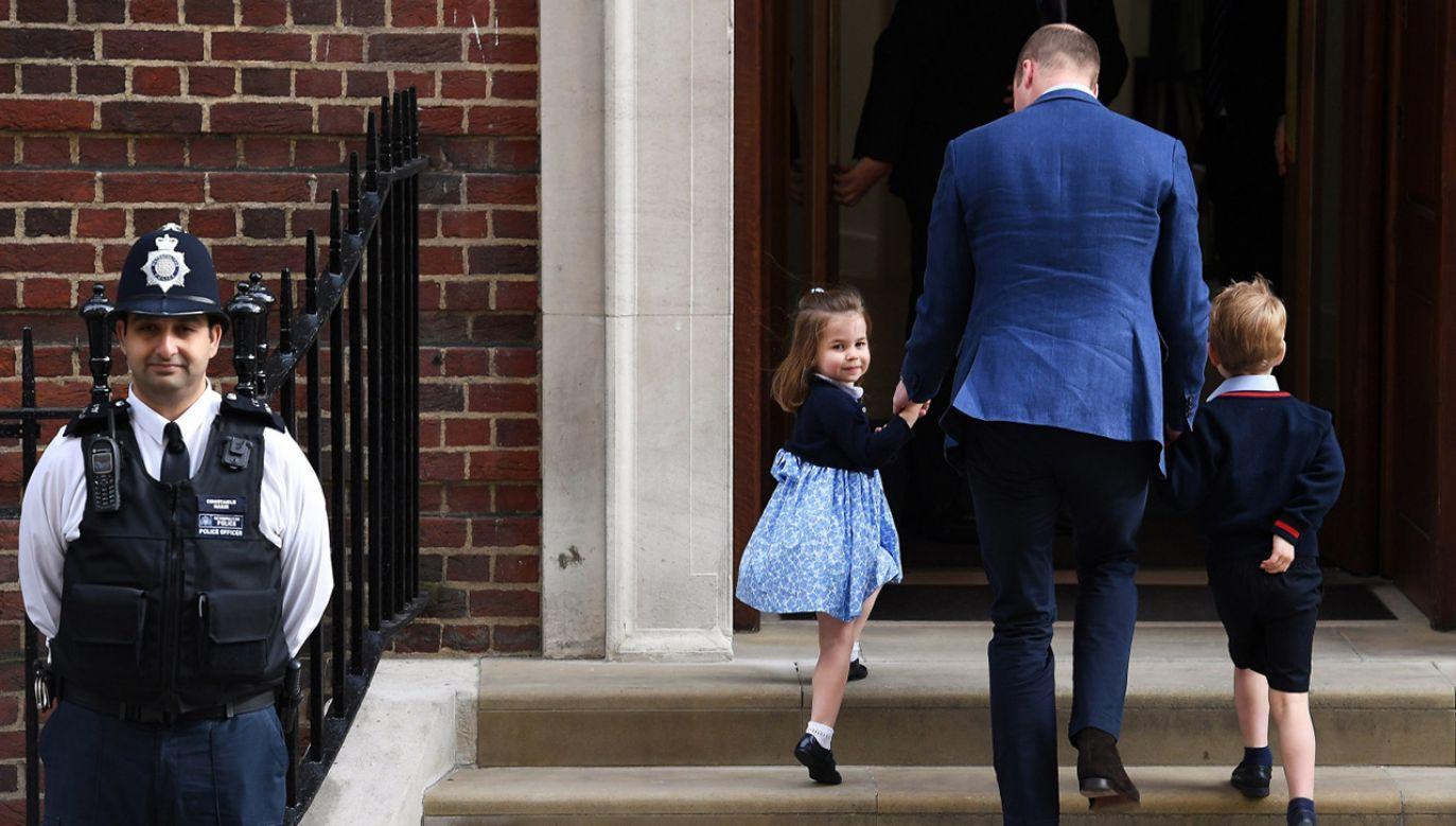 Brytyjski książę William, książę Cambridge i jego dzieci książę George i księżniczka Charlotte przybywają odwiedzić swoją żonę, Kate, księżną Cambridge, która urodziła chłopca (fot. PAP/EPA/WILL OLIVER)