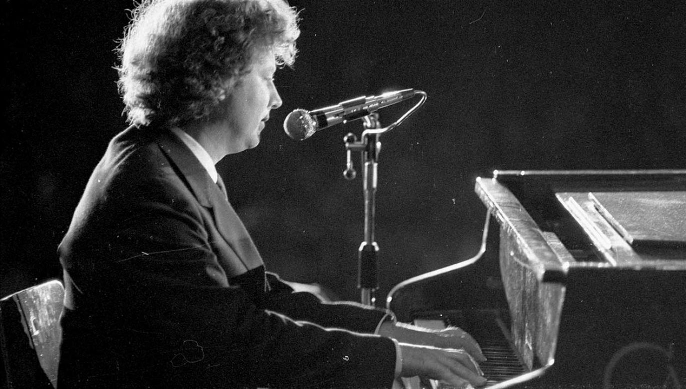 Marek Grechuta przy fortepianie podczas festiwalu Przegląd Piosenki Prawdziwej - Zakazane Piosenki, 1981 r. (fot. arch. PAP/CAF/Stefan Kraszewski)