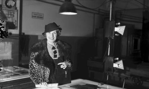 Aktorka i śpiewaczka Tola Mankiewiczówna zwiedza redakcję IKC, rok 1936. Fot. NAC/IKC