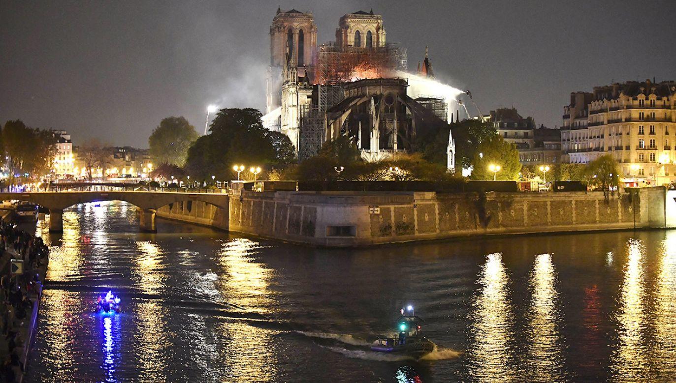 Gliński podkreślił, że odbudowa katedry będzie trwała długo, jednak jak zauważył, świat współczesny podejmował się nie takich wyzwań (fot. PAP/EPA/JULIEN DE ROSA)