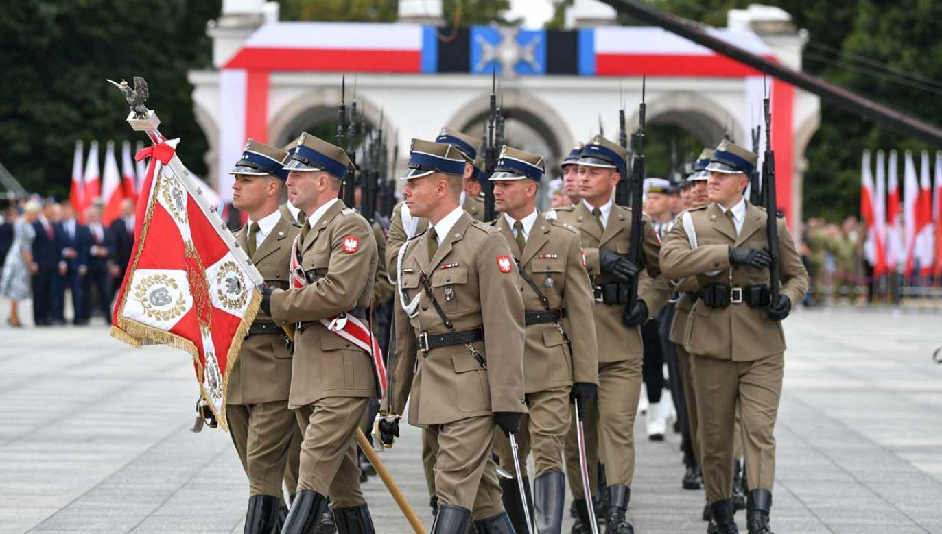 Uroczysta zmiana posterunku honorowego przed Grobem Nieznanego Żołnierza (fot. PAP/Bartłomiej Zborowski)