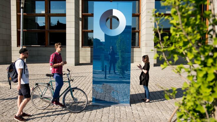 Cyjanometr przy Bibliotece Uniwersyteckiej – dzieło Martina Bricelja Baragi, artysty zaproszonego na Biennale WRO (fot. PAP/Maciej Kulczyński)
