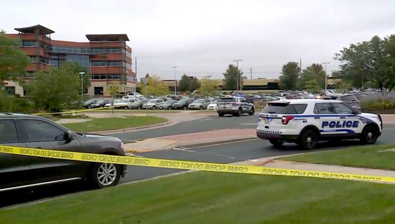 Policja zamknęła okoliczne drogi oraz pobliskie centrum handlowe (fot. yt/WMTV)