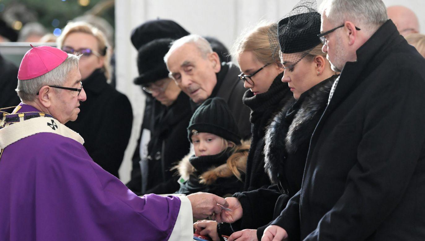 Metropolita gdański abp Sławoj Leszek Głódź przekazuje różańce rodzinie zmarłego (fot. PAP/Adam Warżawa)