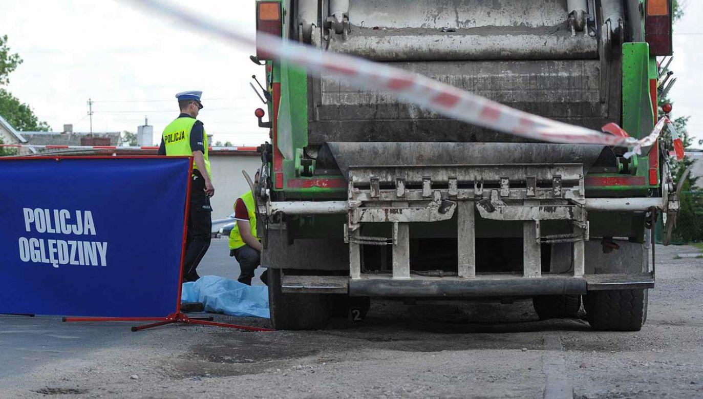 Śmieciarka cofała, gdy dziecko znalazło się pod jej kołami (fot. arch. PAP/Tytus Żmijewski)