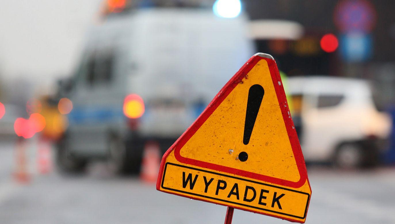 Droga wojewódzka numer 701 w Płochocinie została zamknięta w rejonie skrzyżowania z ulicą Partyzantów (fot. arch.PAP/Leszek Szymański)