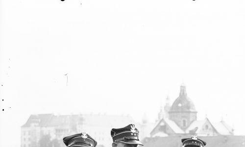 Weterani powstania styczniowego na dachu Pałacu Prasy w 1939 roku. Fot. NAC/IKC
