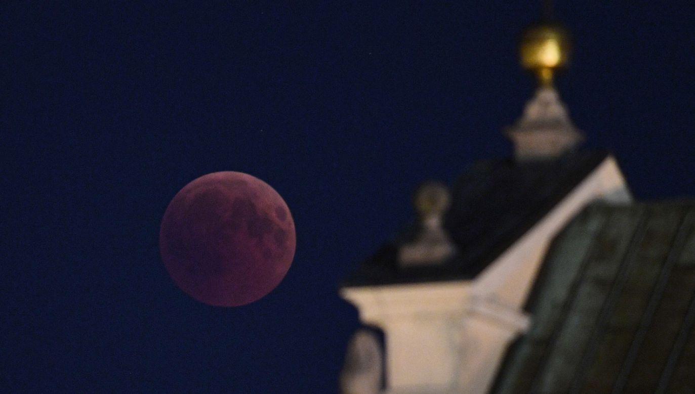 Dzięki efektowi rozproszenia światła w ziemskiej atmosferze Księżyc podczas zaćmienia przybiera czerwonawą barwę (fot. PAP/Radek Pietruszka)