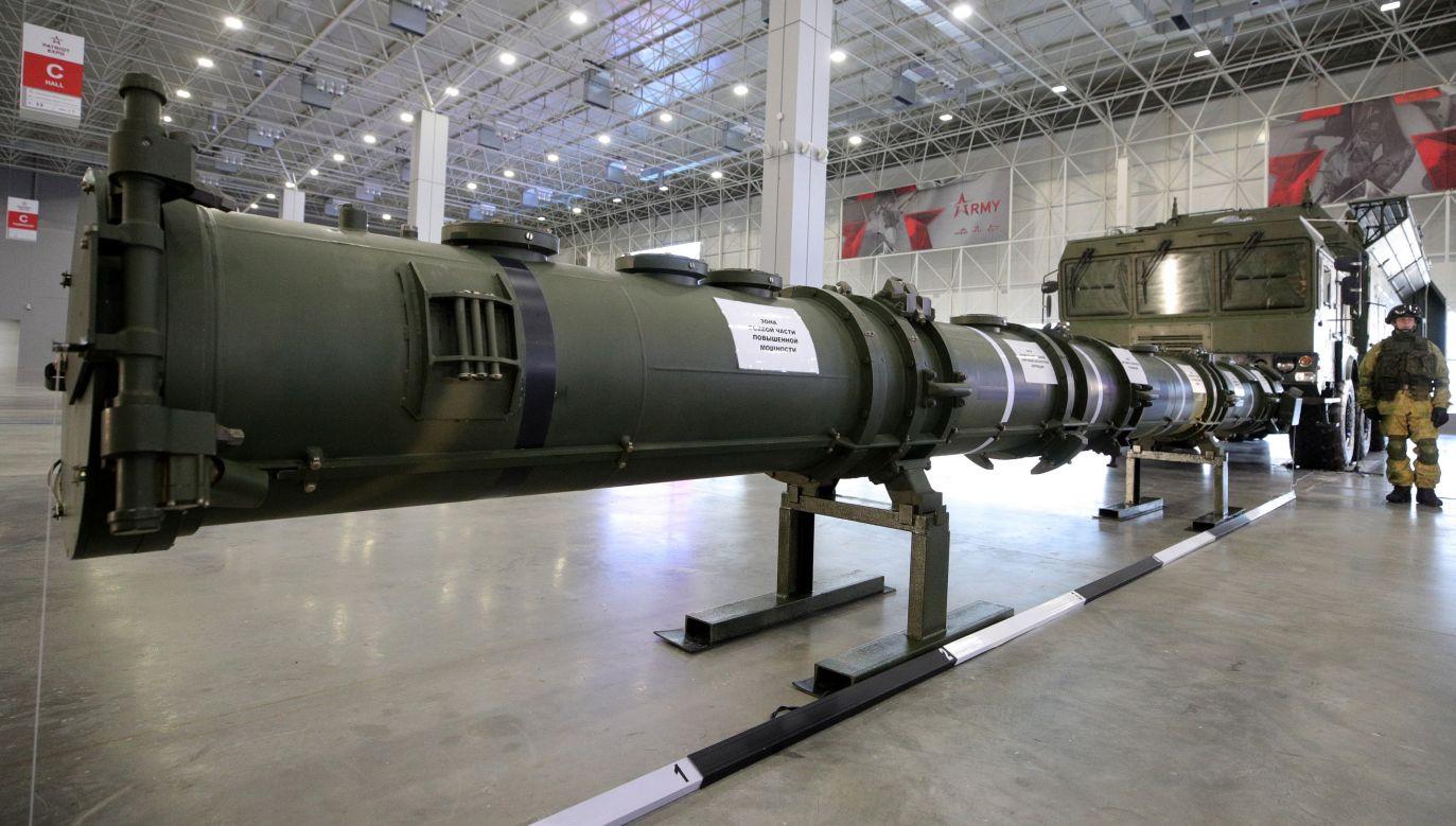 Rosyjski pocisk rakietowy 9M729 zdaniem USA narusza układ INF z  1987 r. o całkowitej likwidacji rakiet średniego zasięgu, przekraczając określone w traktacie maksimum 500 km. Rosjanie pokazali broń 23 stycznia 2019 roku, ale… była to fałszywka. Na zdjęciu pocisk demonstrowany w styczniu po odprawie dla attache wojskowych i światowych mediów, zorganizowanej przez rosyjskie Ministerstwo Obrony w Centrum Kongresowo-Wystawienniczym Patriot w Kubince w obwodzie moskiewskim. Fot. Sergei Bobylev / TASS via Getty