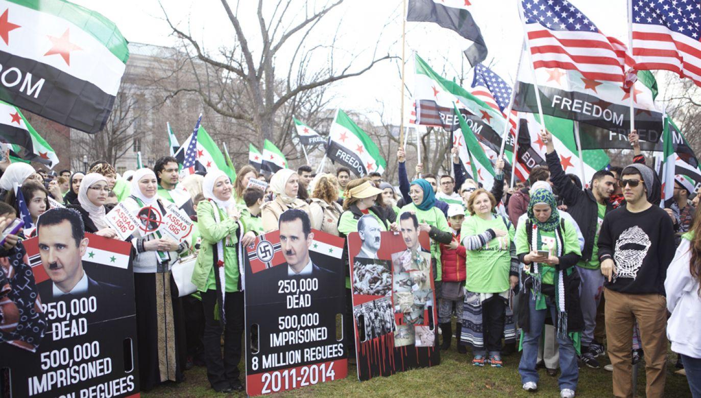 Protest przeciwko prezydentowi Syrii Baszarowi el-Asadowi zorganizowany przed Białym Domem w Waszyngtonie (fot. Muhammed Bilal Kenasari/Anadolu Agency/Getty Images)