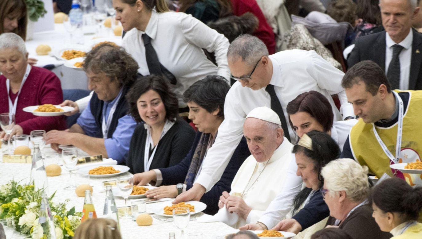 Przy jednym ze stołów, wraz z 20 osobami, zasiadł papież (fot. PAP/EPA/CLAUDIO PERI)