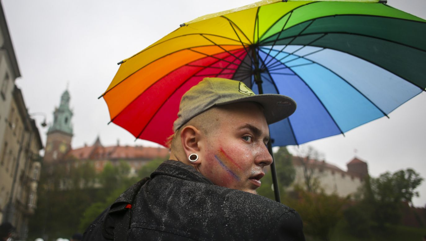 Uczestnik manifestacji środowisk LGBT w Krakowie w maju 2017 r. (fot. Beata Zawrzel/NurPhoto via Getty Images)