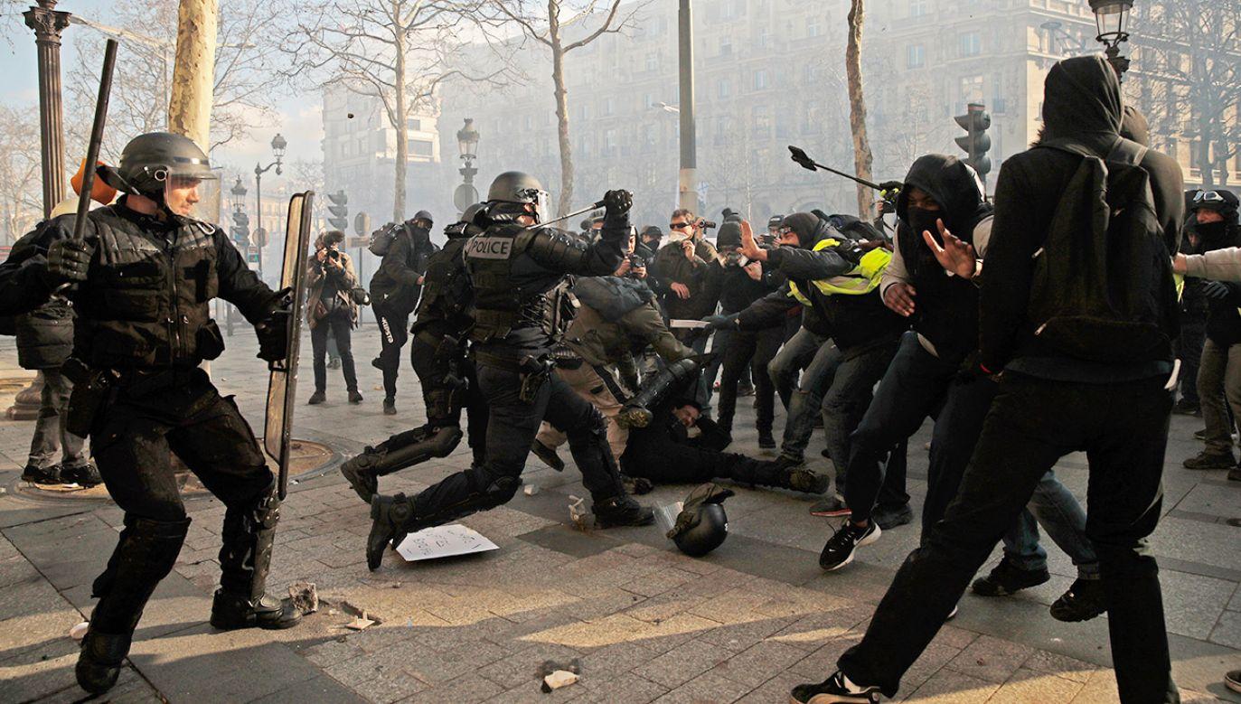 W minioną sobotę w stolicy Francji po raz kolejny doszło do starć protestujących z policją (fot. PAP/EPA/YOAN VALAT)