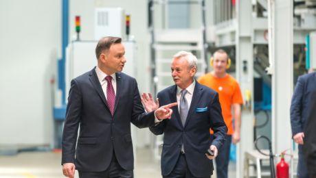 Andrzeja Dudę po firmie oprowadzał prezes TZMO, Jarosław Józefowicz (fot. PAP/Tytus Żmijewski)
