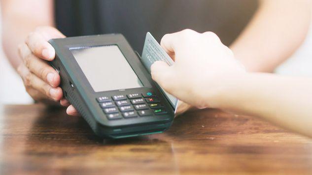 Kelnerka powiedziała funkcjonariuszom, że nie ma ochoty płacić za posiłek oszusta (fot. Shutterstock/jenwich benjapong)