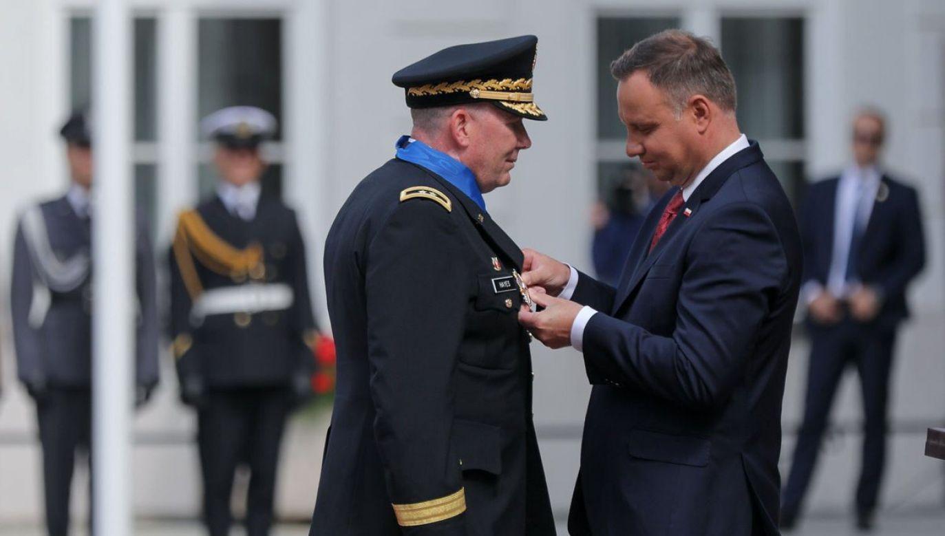 The US Embassy in Warsaw thanked the Polish president Andrzej Duda (R) for decorating division general Richard J. Hayes (L). Photo: twitter.com/ @USEmbassyWarsaw; KPRP/Jakub Szymczuk