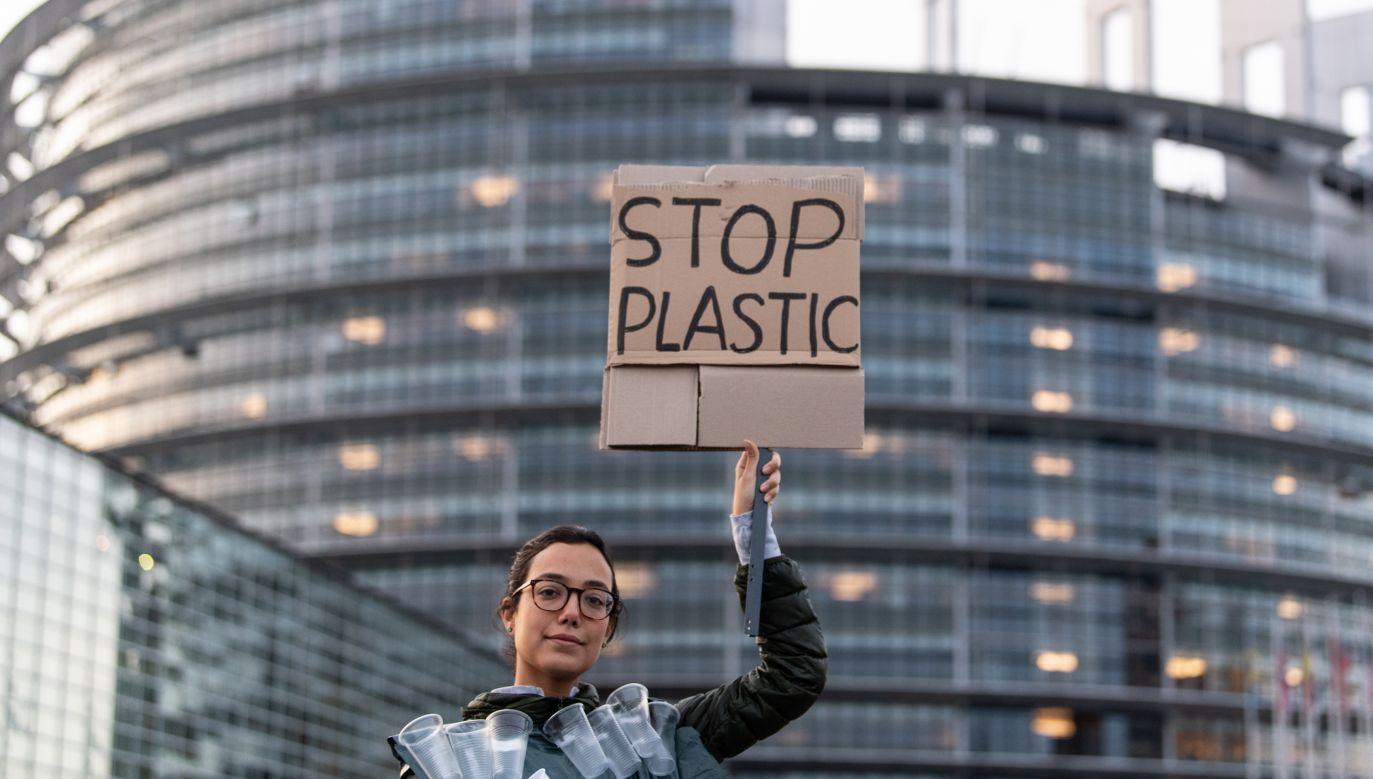 Protesty przed PE ws. zakazu produkcji plastiku (fot. PAP/EPA/PATRICK SEEGER)