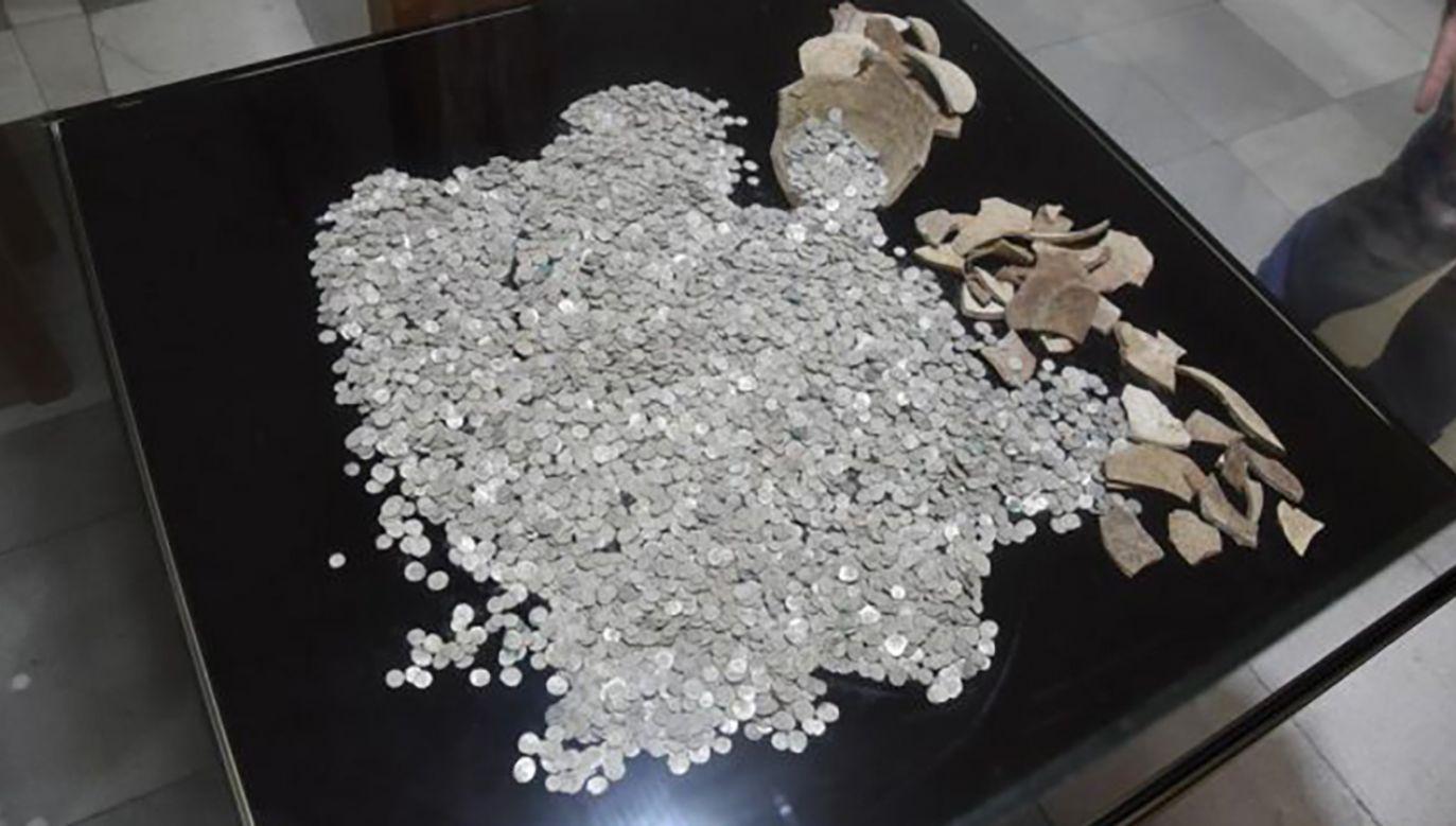 Srebrne monety leżały pod powierzchnią ziemi wśród skorup dwóch ceramicznych dzbanów (fot. TT/Archaeology Bulgaria)