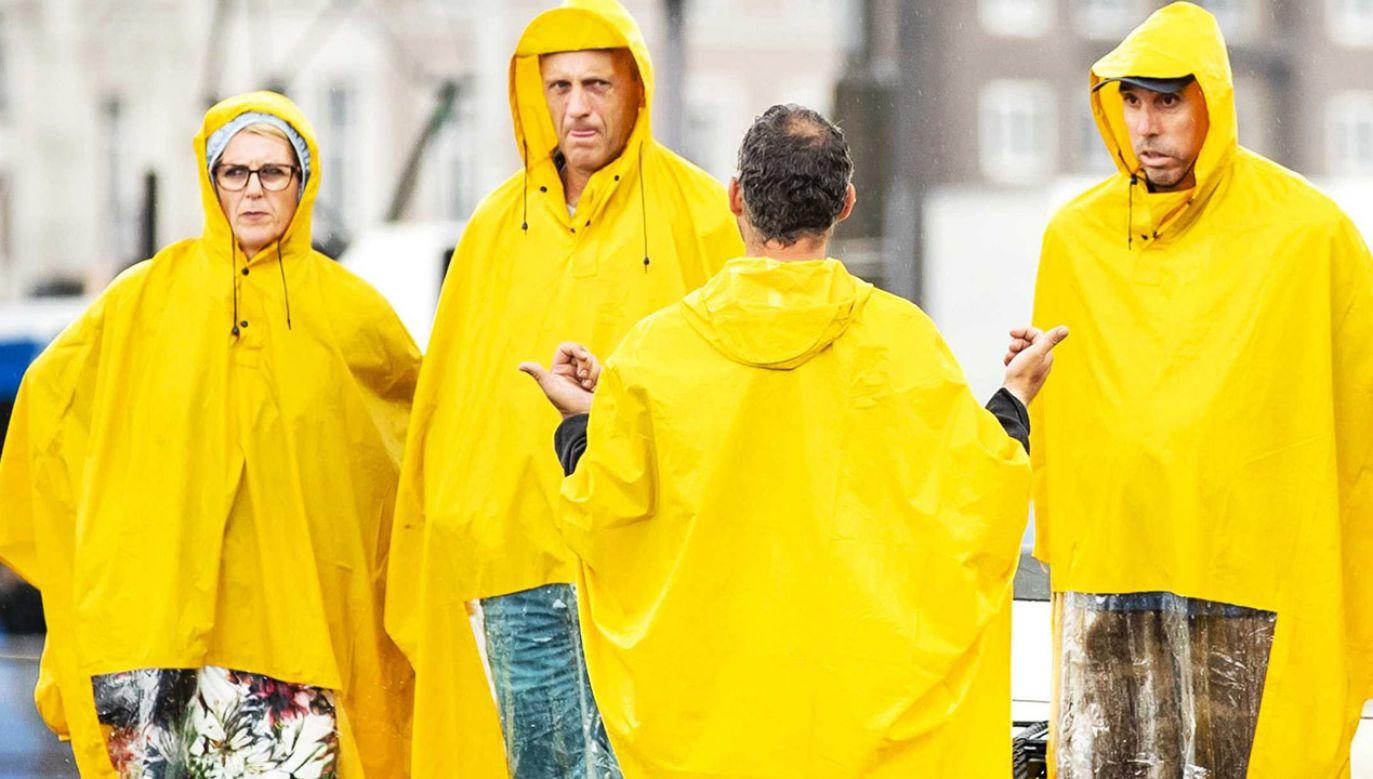 RCB przypomina, że podczas burzy nie powinno się wychodzić z domu bez konieczności (fot. PAP/ EPA/REMKO DE WAAL)