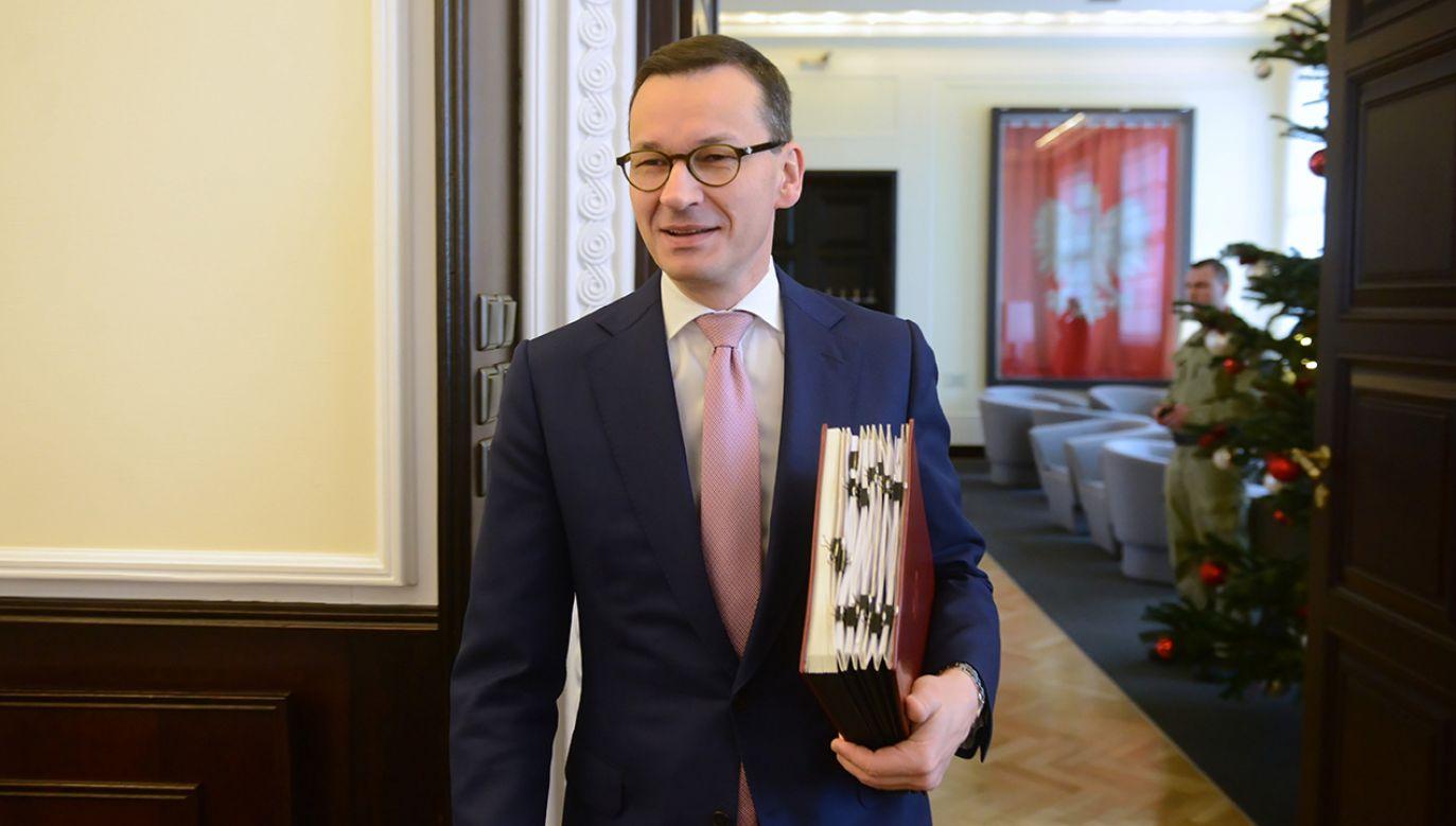 """Zdaniem premiera RP wizja Europy jako federacji, którą promuje prezydent Francji, jest """"oderwana od rzeczywistości"""" (fot. PAP/Jakub Kamiński)"""