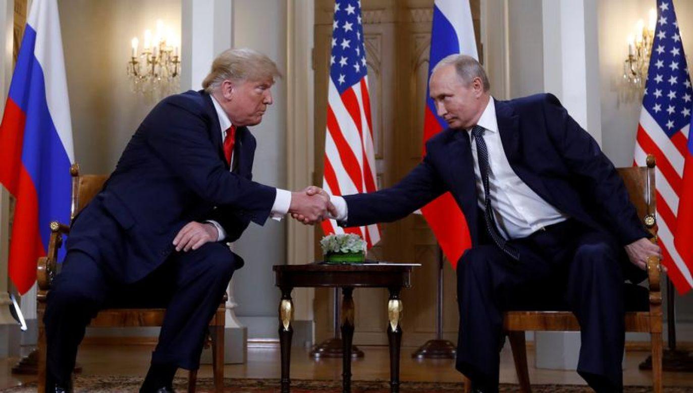 Prezydenci USA i Rosji podczas spotkania w Helsinkach (fot. REUTERS/Kevin Lamarque)