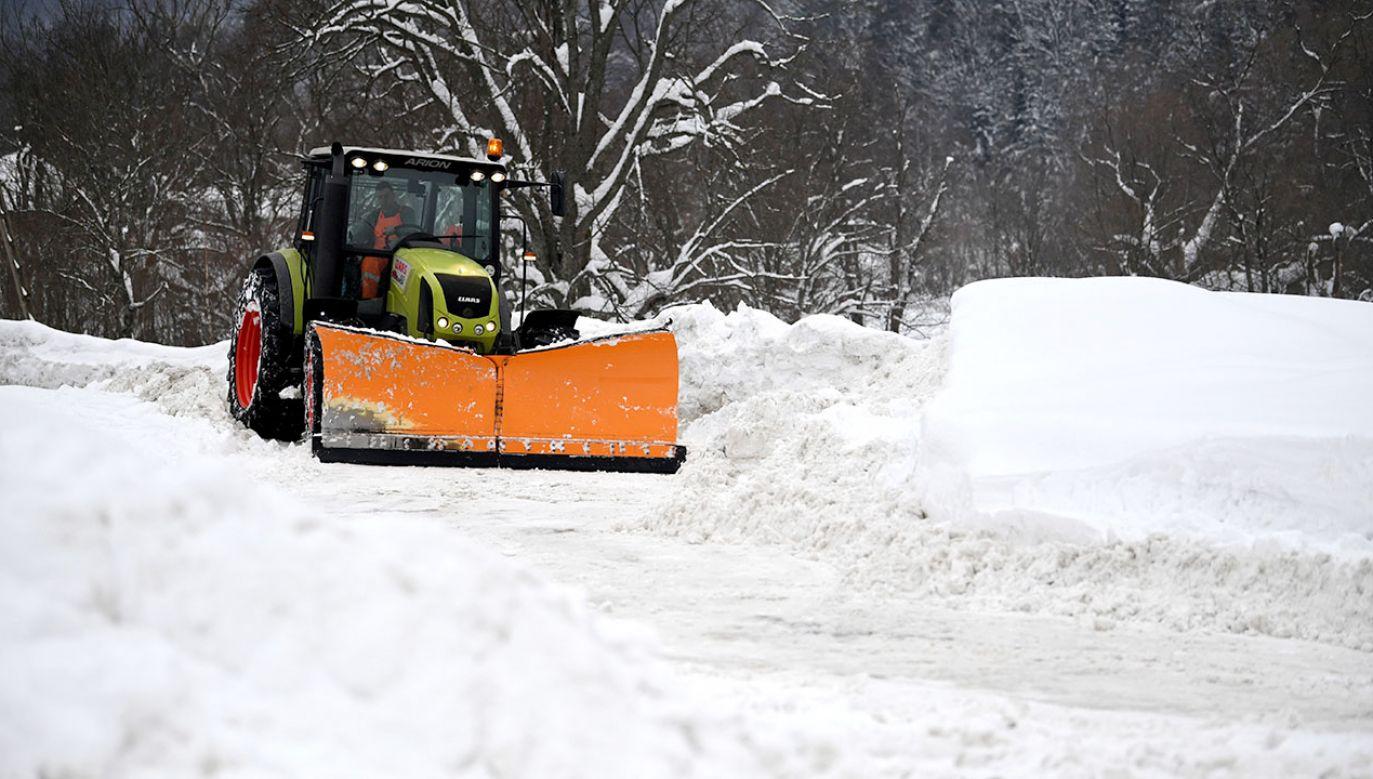 Tonące w śniegu Ustrzyki Górne w Bieszczadach (fot. PAP/Darek Delmanowicz)