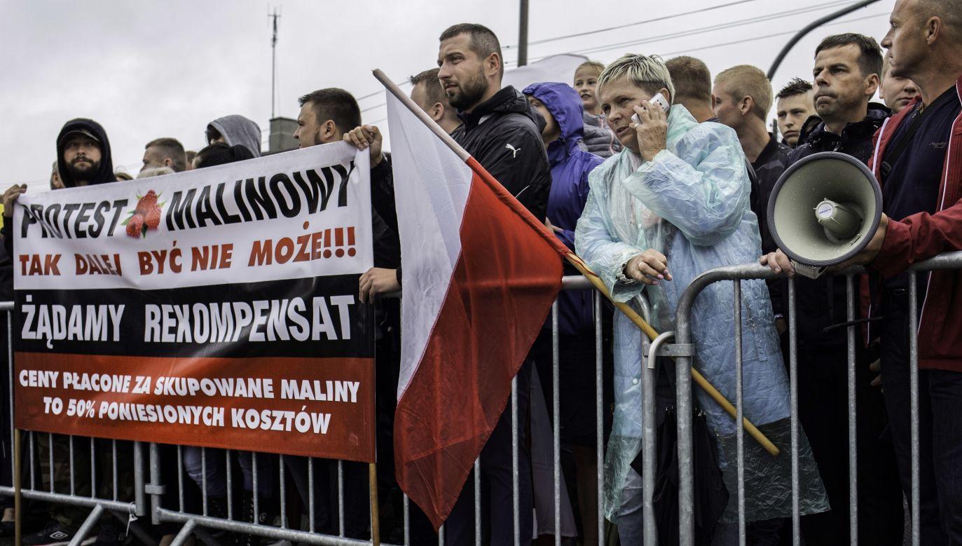 Protesting farmers during unveiling of Lech Kaczyński and the victims of Smolensk plane crash monument in Kraśnik, July 15. Photo: PAP/Wojtek Jargiło