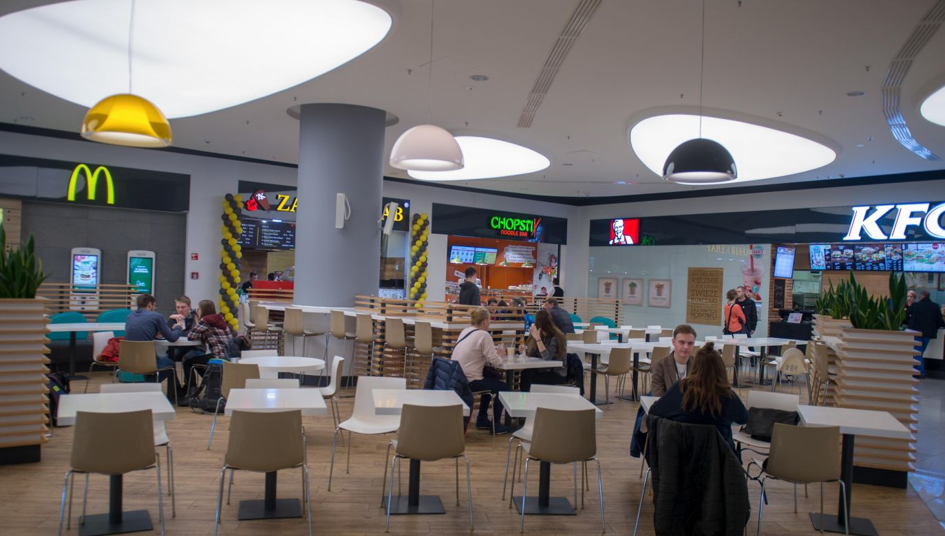 Food courts in shopping malls attract less clients on Sundays due to the trade ban. Photo: PAP/Grzegorz Michałowski