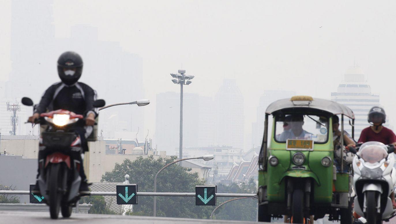 Według WHO 9 na 10 osób na świecie codziennie oddycha zanieczyszczonym powietrzem (fot. PAP/EPA/NARONG SANGNAK)