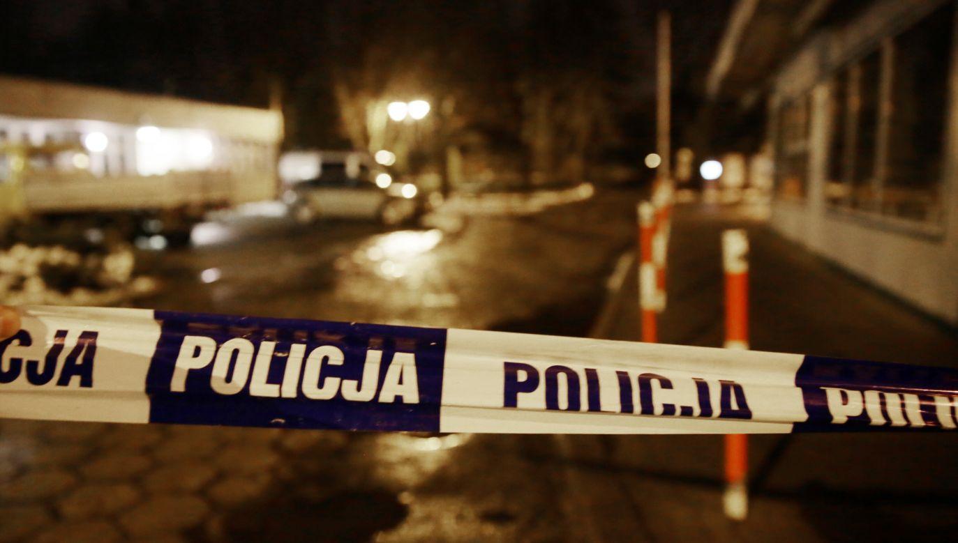 Zwłoki 57-letniego mężczyzny i jego 53-letniej żony znalazł policjant wezwany do interwencji (fot. PAP/Tomasz Gzell)