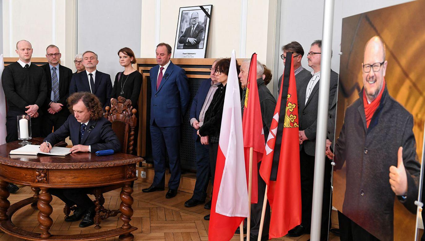 W urzędzie miasta wystawiona została księga pamiątkowa po śmierci Pawła Adamowicza (fot. PAP/Adam Warżawa)