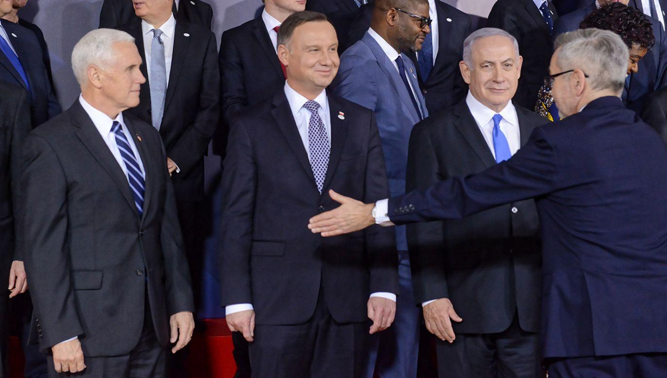Wiceprezydent USA Mike Pence (2L), prezydent Andrzej Duda (C) i premier Izraela Benjamin Netanjahu (P) podczas wspólnego zdjęcia szefów delegacji na Zamku Królewskim w Warszawie (fot. arch.PAP/Jakub Kamiński)