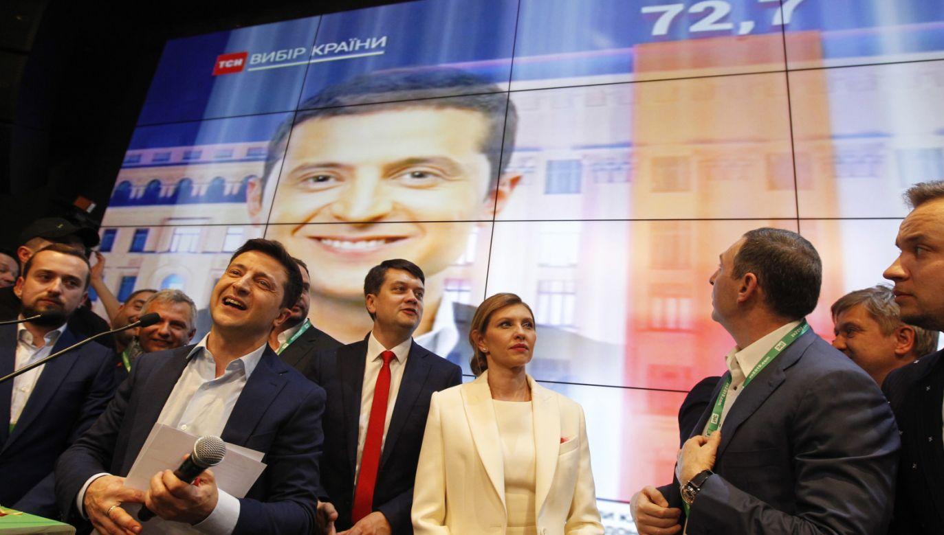 Wołodymyr Zełenski (2L) w swoim sztabie wyborczym (fot. PAP/EPA/STEPAN FRANKO)