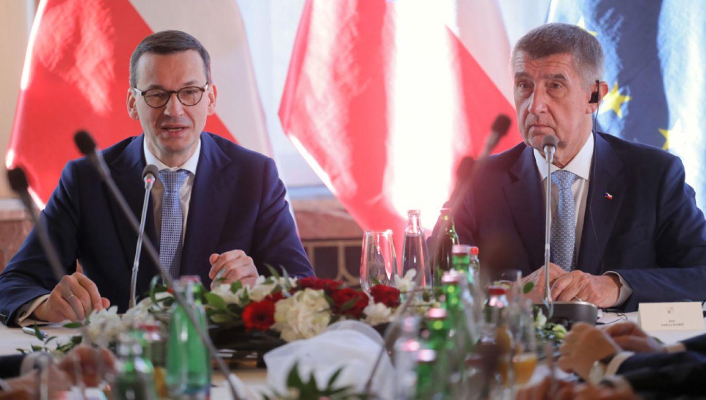 Szef polskiego rządu Mateusz Morawiecki (L) i premier Czech Andrej Babisz (P) podczas polsko-czeskich konsultacji międzyrządowych w Pradze (fot. PAP/Paweł Supernak)