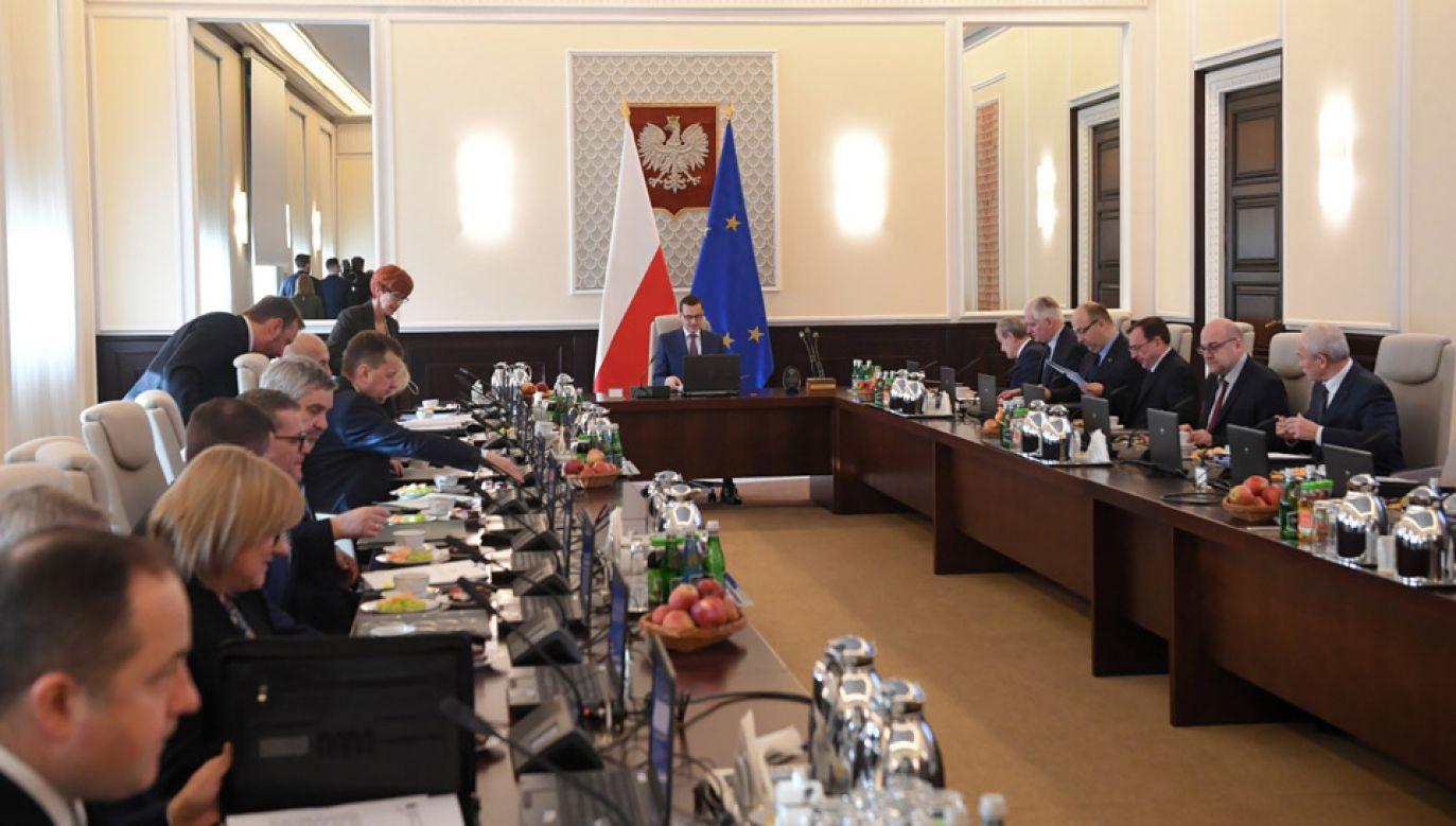Według CBOS 38 proc. Polaków popiera obecny rząd (fot. PAP/Radek Pietruszka)