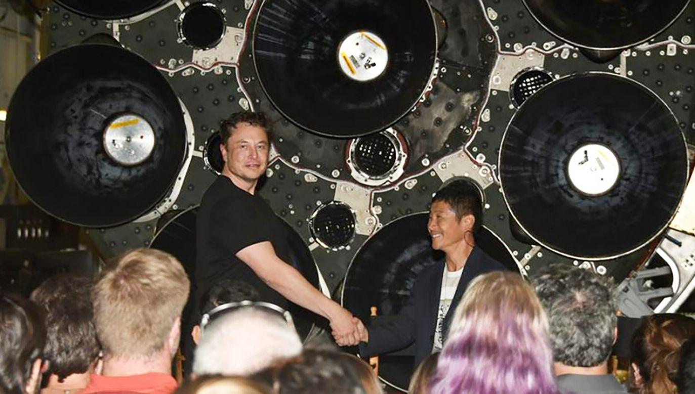 Elon Musk ściska rękę japońskiemu miliarderowi Yusaku Maezawie (fot. REUTERS/Gene Blevins)