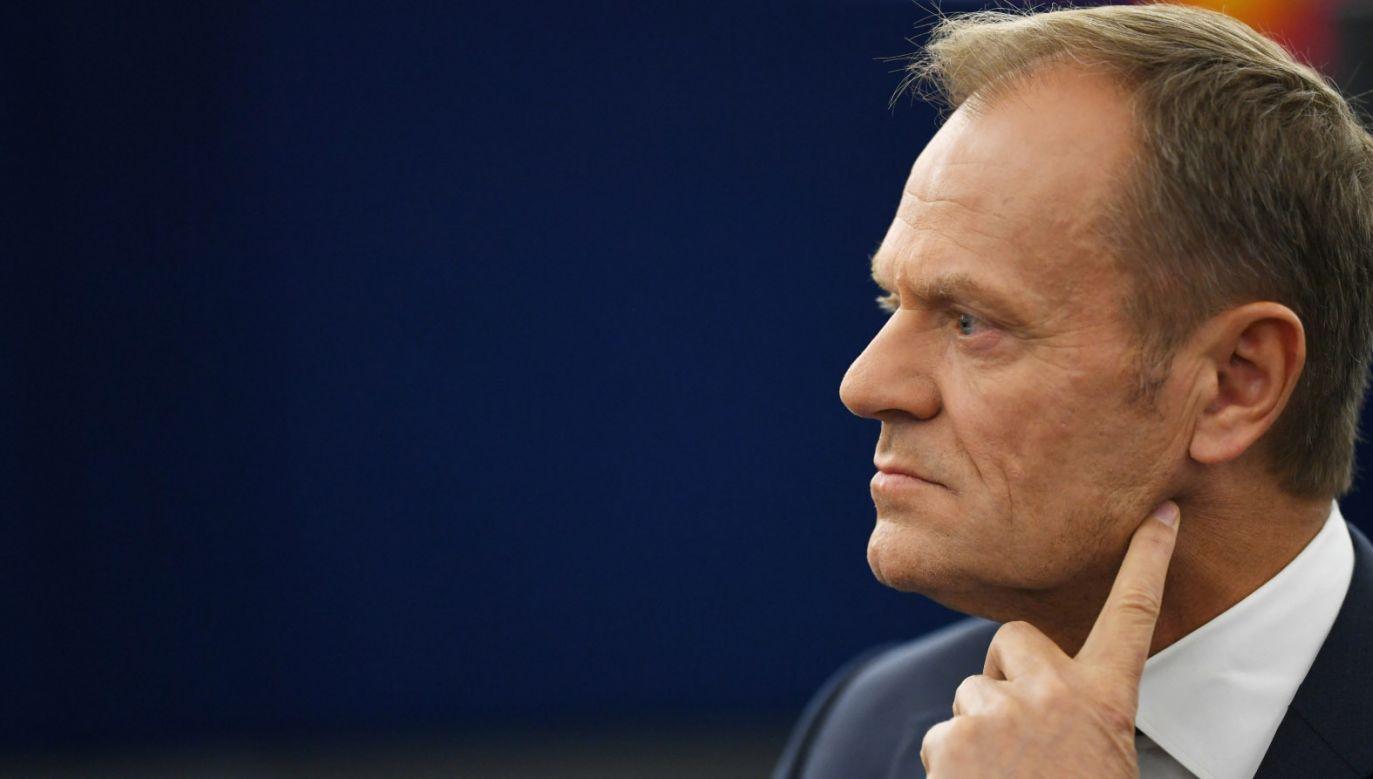62 urodziny przewodniczącego Rady Europejskiej stały się dla wielu okazją do zamanifestowania poglądów politycznych (fot. PAP/EPA/PATRICK SEEGER)