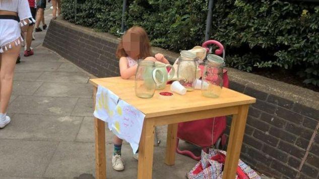 Dziewczynka rozstawiła niewielkie stoisko z własnoręcznie robioną lemoniadą (fot. fb/Times of News from United Kingdom)
