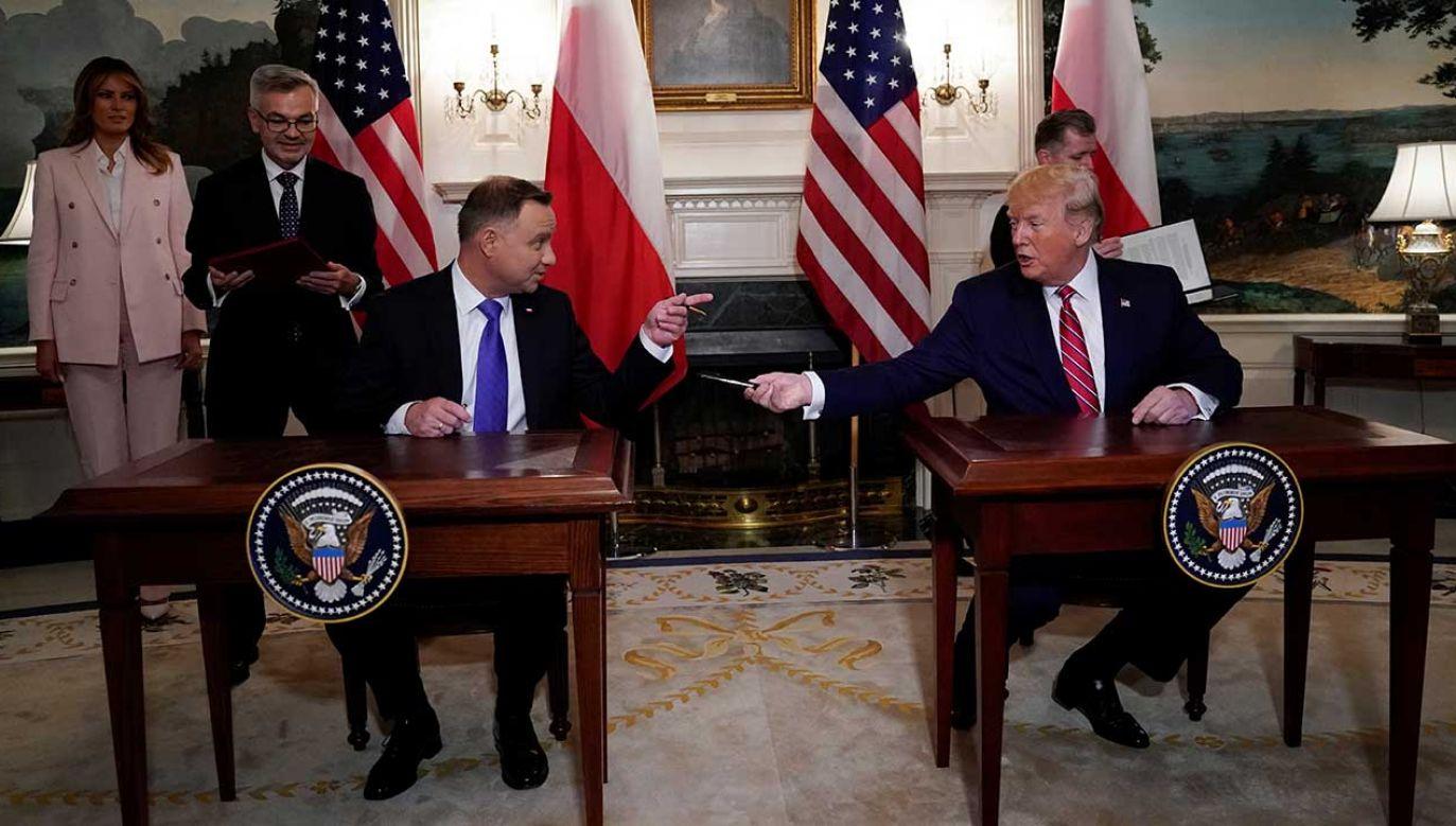 Donald Trump w swoim wystąpieniu nie tylko wielokrotnie podkreślał rolę Polski jako sojusznika i partnera, a także kraju, który odnosi właśnie swoje największe od lat sukcesy, lecz również znalazł wiele ciepłych słów pod adresem prezydenta Andrzeja Dudy (fot. REUTERS/Kevin Lamarque)