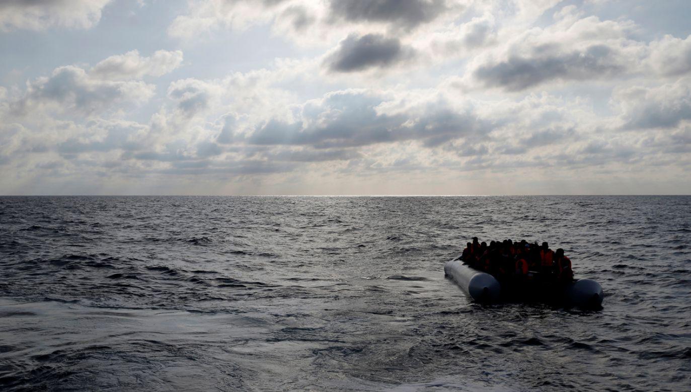 Migranci na pontonie (fot. REUTERS/Darrin Zammit Lupi)
